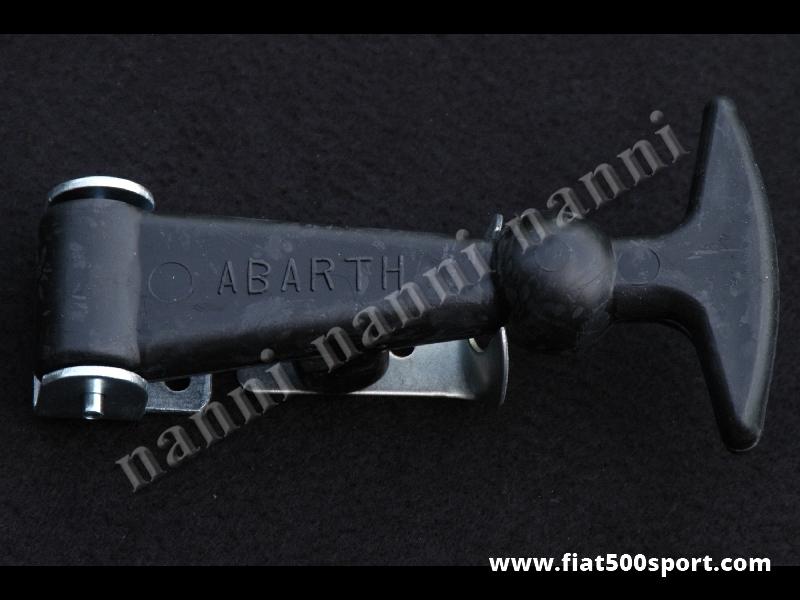 Art. 0008 - Tirante fermacofano Fiat Abarth 500 grande in gomma di colore nero. - Tirante fermacofano Fiat Abarth 500 in gomma grande con scritta Abarth. Altezza 12 cm. Colore nero.
