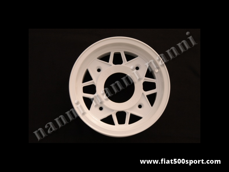 Art. 0074B - Cerchio ruota Fiat 500 NANNI in lega di colore bianco da 4,5×12 pollici completo di bulloni conici autocentranti. - Cerchio ruota Fiat 500 Fiat 126 prima serie NANNI in lega ultraleggera di altissima qualità, di colore bianco,da 4,5×12 pollici. È' completo di bulloni conici autocentranti per il fissaggio. L'interasse dei bulloni ruota e' di 190 mm. ET 45.