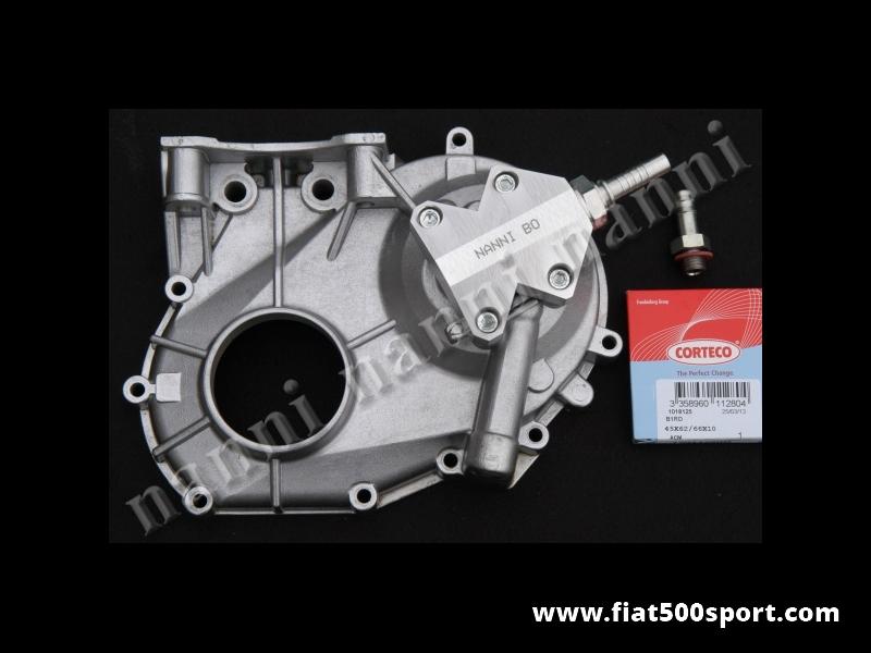 Art. 0213 - Coperchio distribuzione Fiat 500 Fiat 126 NANNI modificato con supporto per attacco radiatore olio. - Coperchio distribuzione Fiat 500 Fiat 126 NANNI modificato con supporto per il collegamento con il radiatore dell'olio, completo di raccordi in acciaio, paraolio e guarnizione.