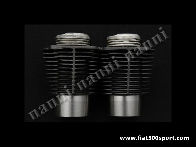 Art. 0317 - Cilindri e pistoni Fiat 500 D F L e Giardiniera con cilindrata originale 499 cc. Pistoni diam. 67,4. - Canne e pistoni Fiat 500 D F L e Giardiniera con cilindrata originale 499 cc.I pistoni di altissima qualità' hanno il diametro 67,4 mm. (Originale Fiat.) I nostri cilindri non richiedono la guarnizione di testa. Occorre pero' inserire sotto i cilindri gli anelli piu' grossi art. 0426. Gruppo completo di 2 pistoni e 2 cilindri.