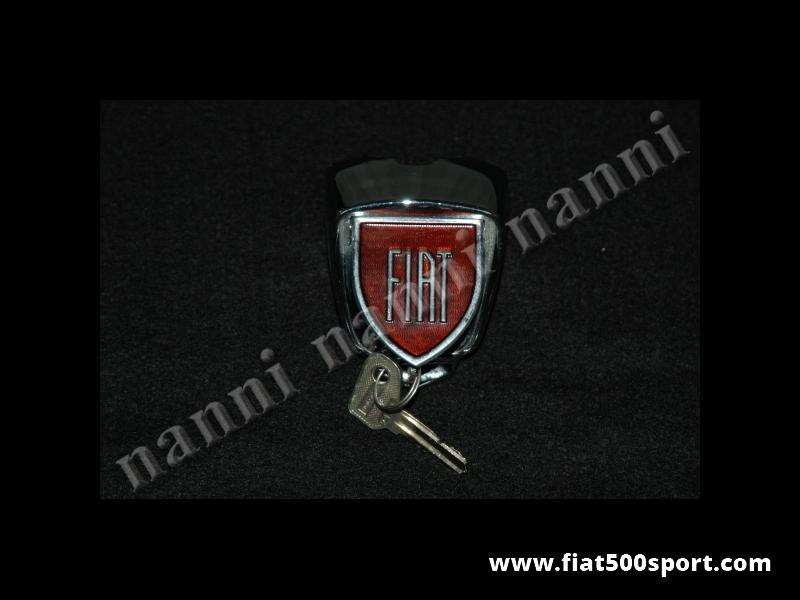 Art. 0623 - Serratura con chiave per cofano anteriore Fiat 500 D e 500 F prima serie con scritta FIAT. - Serratura con chiave per cofano anteriore Fiat 500 D e Fiat 500 F prima serie in metallo smaltato a fuoco con scritta FIAT. (Importantissimo specificare il modello  della vettura).